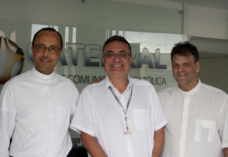 Pe. Geovane Luís (esq.), Eduardo Bandeira (centro) e Pe. Otacílio Ferreira (dir.) em visita à Rede Catedral. Imagem: Rede Catedral