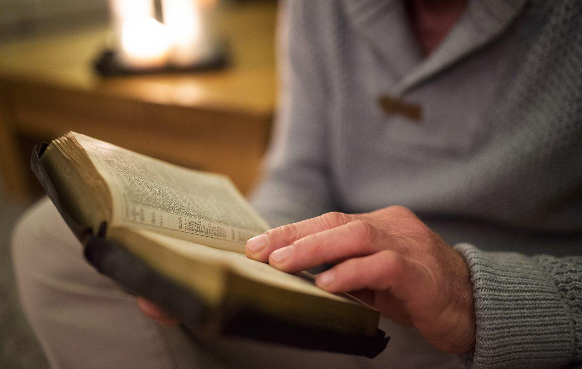 lendo-a-biblia-2-1200x762_c