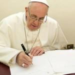 papa-francisco-assinando(1)
